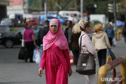 Шествие и митинг в поддержку мигрантов. Екатеринбург, мигранты, девушка, хиджаб, мусульманка