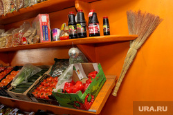 Рейд по оптовой продуктовой базе Курган, веник, продуктовые полки, овощи-фрукты
