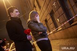 Теракт в Санкт-Петербурге (перезалил). Санкт-Петербург, плач, горе, печаль, мемориал, цветы, свечи, теракт, соболезнования
