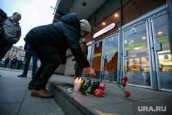Теракт в Санкт-Петербурге (перезалил). Санкт-Петербург, мемориал, сенная площадь, цветы, свечи, теракт