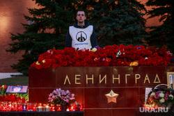 Вечер памяти жертв теракта в Питере, Манежная площадь. Москва, цветы, свечи, мемориал, питермыстобой, стелла, город-герой ленинград