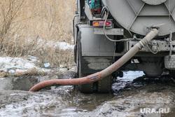 Незаконный слив ЖБО в Кургане., труба, слив отходов, откачка канализации, жбо, ассенизаторская машина