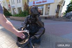 Скульптура нищего. Челябинск., милостыня, альфа банк, попрошайка, скульптура, нищий, банкрот, бедность, кировка улица