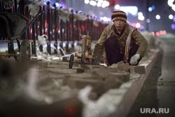 Ночной рейд по ремонту дорог. Екатеринбург, мигрант, дорожные работы, укладка асфальта, тротуарная плитка, гастарбайтер, рабочий