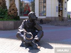 Скульптура нищего. Челябинск., альфа банк, попрошайка, скульптура, нищий, бедность, банкрот, кировка улица