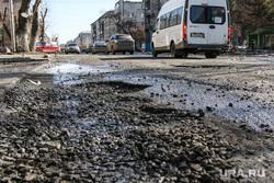 Разбитая дорога по улице Станционная в Кургане., разбитая дорога, улица станционная, ямы в асфальте