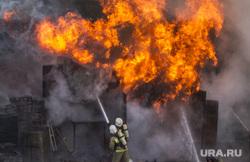 Пожар на улице Карьерной, 30. Екатеринбург, пожар, тушение огня, огонь