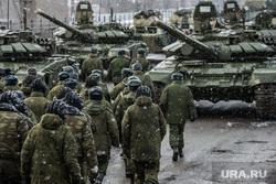 Первая официальная репетиция парада на улице Новосибирская 2-ая. Екатеринбург, военные учения, солдаты, армия, сухопутные войска, военная техника, снегопад