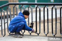 Глава города Евгений Тефтелев проверяет ход весенней уборки города. Челябинск, маляр