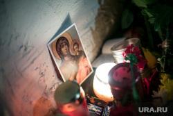 Мемориалы после крушения ТУ-154 в небе над Сочи. Концертный зал Александрова. Офис доктора Лизы. Москва, свечи, икона, мемориал, траур, богородица