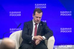 Совместное заседание высшего и генерального совета Единой России, ВДНХ. Москва, медведев дмитрий, смотрит на часы