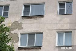 Демонтаж козырьков Красина 68 Курган, окна дома, отвалившаяся штукатурка