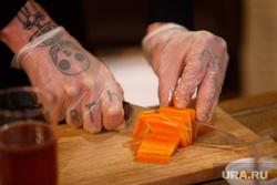 Мастер-класс по приготовлению стейка к 8 марта. Екатеринбург, кухня, повар, нож, нарезка, морковь, приготовление, татуировки