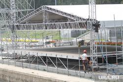 Подготовка Плотинки к дню города. Екатеринбург, монтаж сцены, сцена на плотинке
