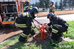Пожарные проверяют гидрант. Челябинск., пожарный гидрант