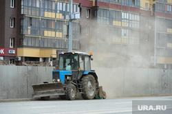 Глава города Евгений Тефтелев проверяет ход весенней уборки города. Челябинск, трактор, пыль на дороге, улица набережная