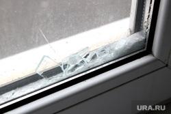 Разбитое окно в обкоме КПРФ Курган, осколки стекла