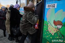 Общественный транспорт. Екатеринбург, толпа, посадка пассажиров, общественный транспорт, вход, ожидание транспорта