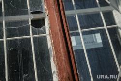 Дома возле Центрального стадиона, приготовленные к сносу. Екатеринбург, опечатано, дырка, разбито, окно