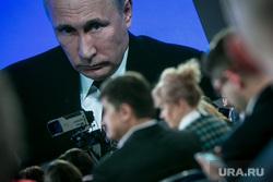 12 ежегодная итоговая пресс-конференция Путина В.В. Москва, путин на экране