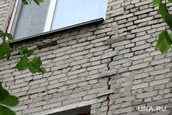 Красина 66 Нехонова Елена Курган, трещина в стене, маячек строительный