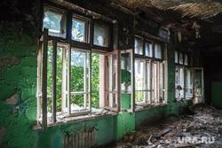 Заброшенное здание бывшей вечерней школы по адресу: ул. 22-го Партсъезда, 8. Екатеринбург, разбитые окна, пожарище, пепелище, заброшенное здание, разруха