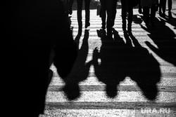 Екатеринбург в ЧБ, пешеходный переход, тени