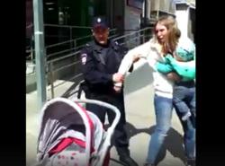 Дармоеды,бля..:Четыре бравых путинских полицаев задержали мамашку с грудным ребёнком за торговлю укропом