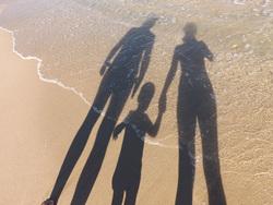 Открытая лицензия от 09.09.2016. Семья, семья, море берег, отражение, песок