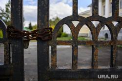 Клипарт. Екатеринбург, ворота закрыты, решетка, цепь