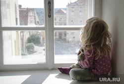 Клипарт depositphotos.com, ребенок, девочка на подоконнике, окно