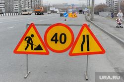 Глава города Евгений Тефтелев проверяет ход весенней уборки города. Челябинск, дорожные знаки, ремонт дороги