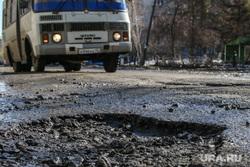 Разбитая дорога по улице Станционная в Кургане., разбитая дорога, пазик, ямы в асфальте