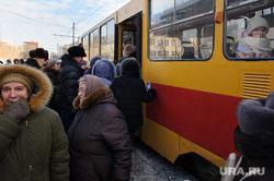 Общественный транспорт. Екатеринбург, толпа, посадка пассажиров, трамвайная остановка, общественный транспорт, ожидание транспорта