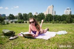 Отдых горожан. Екатеринбург, отдых на траве, чтение, лето