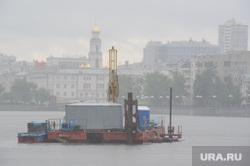Буровая установка на городском пруду на месте планируемого Храма-на-воде. Екатеринбург, храм большой златоуст, городской пруд, платформа на воде