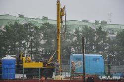 Буровая установка на городском пруду на месте планируемого Храма-на-воде. Екатеринбург, буровая машина, платформа на воде