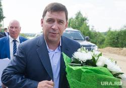 Врио губернатора Куйвашев потанцевал с выпускницами УрФУ на вручении дипломов. ВИДЕО