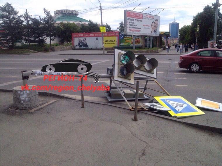 ВЧелябинске ветер повалил светофор иразбросал мусорные баки