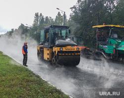 Дождь и асфальтоукладчики Челябинск, дорожные работы, асфальтоукладчик, дождь