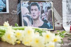 Акция памяти, посвященная годовщине смерти оппозиционера Бориса Немцова. Екатеринбург, акция памяти, немцов борис, возложение цветов