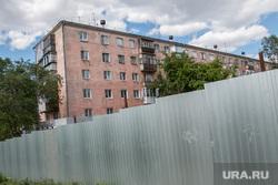 Стройплощадка административного здания. Курган, забор, аварийный дом, улица карла маркса11