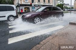 Лужи и ливневая канализация. Тюмень, пешеходный переход, ливень, брызги, дождь