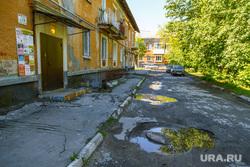 Дворы. Екатеринбург, двор, разбитая дорога, лужи, ямы на дороге