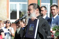1 сентября линейка в школе 107 Челябинск, священник, поп, рпц