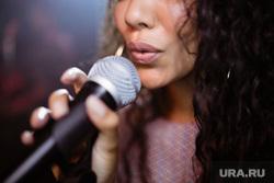 Клипарт depositphotos.com, микрофон, караоке, петь в микрофон, петь песни, поющий человек, поющая девушка
