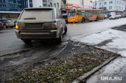 Грязь на улицах Екатеринбурга, парковка на газоне