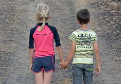 Открытая лицензия от 04.08.2016 , дети, дети со спины, мальчик и девочка