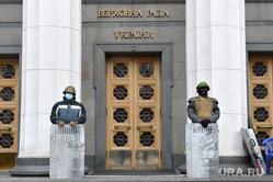 Верховная Рада в руках оппозиции. Майдан. Киев, щиты, верховная рада, захват здания, бойцы