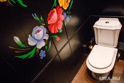 Элементы интерьеров ресторанов Калачи и Jung Su. Екатеринбург, туалет, унитаз, роспись, жостовская роспись